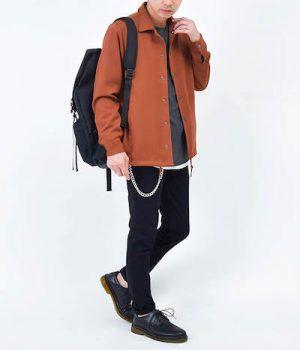 テラコッタのコーチジャケット×黒のスキニーパンツ