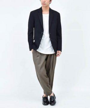 テーラードジャケット×グレーのワイドパンツ