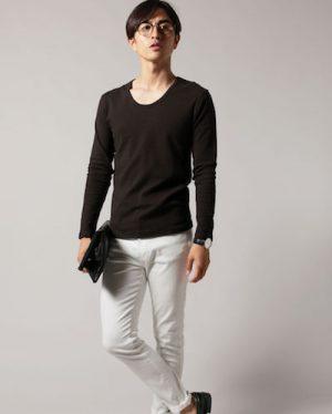 黒のUネックTシャツ×白のスリムテーパードパンツ