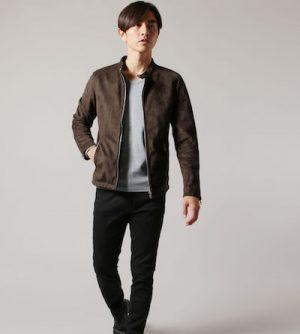 ブラウンのスエードジャケット×黒のスラックス