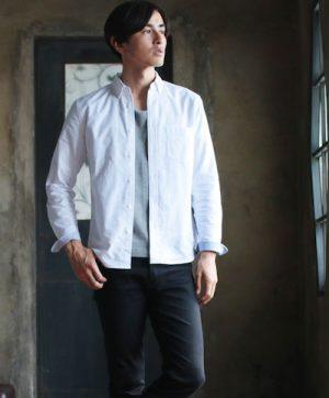 白のオックスフォードシャツ ×グレーの無地Tシャツ