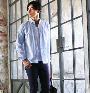 サックスブルーのシャツ×レザートートバッグ