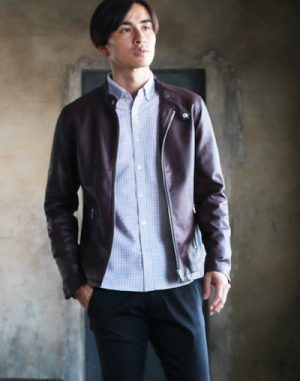 ブラウンのレザージャケット×ボタンダウンシャツ