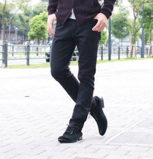 黒のスキニーパンツ 春のメンズファッション