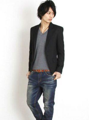 黒のテーラードジャケット×インディゴのユーズドデニム