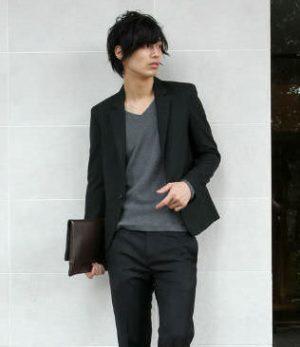 黒のテーラードジャケット クラッチバッグ