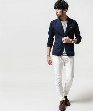 ネイビーのテーラードジャケット×白のスキニーパンツ
