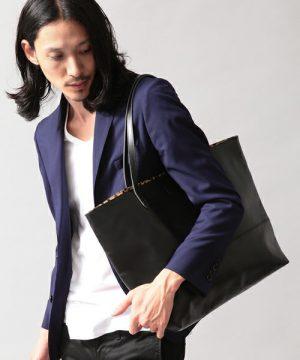 ネイビーのテーラードジャケット 黒のレザートートバッグ