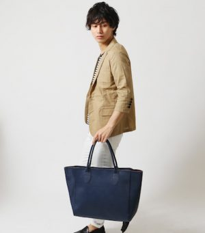ベージュのテーラードジャケット ネイビーのトートバッグ