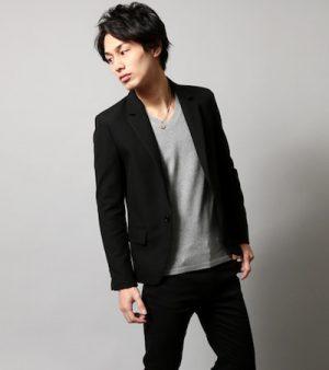 黒のテーラードジャケット×グレーのVネックTシャツ