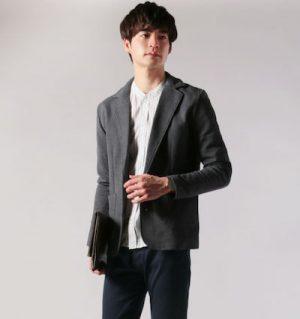 グレーのテーラードジャケット×白のノーカラーシャツ