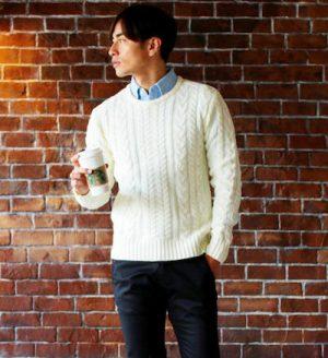 白のケーブル編みニット×インナーにオックスフォードシャツ