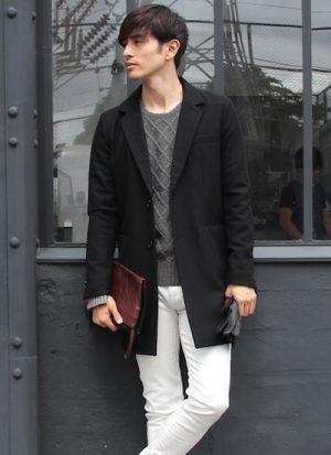 黒のチェスターコート×白のスキニーパンツ
