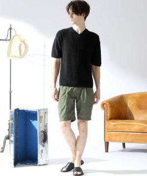 黒の無地Tシャツ×カーキのハーフパンツ