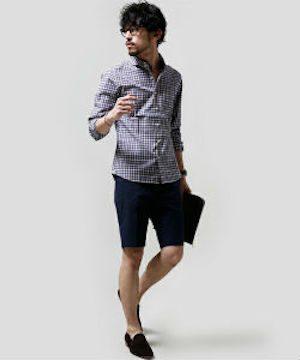 ギンガムチェックのシャツ×黒のショートパンツ