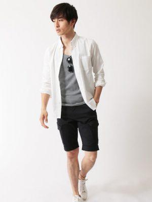 白のリネンシャツ×ネイビーのショーツ