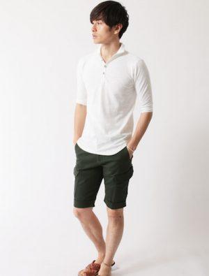 白のポロシャツ×黒のハーフパンツ