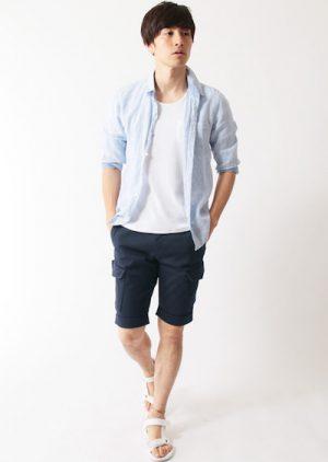 ライトブルーのリネンシャツ×ネイビーのハーフパンツ