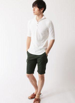 白のポロシャツ×ブラウンのレザーサンダル