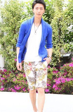 ブルーのカーディガン×花柄のハーフパンツ
