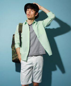 ライムグリーンのリネンシャツ×白のハーフパンツ