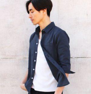 ネイビーのリネンシャツ×白のタンクトップ