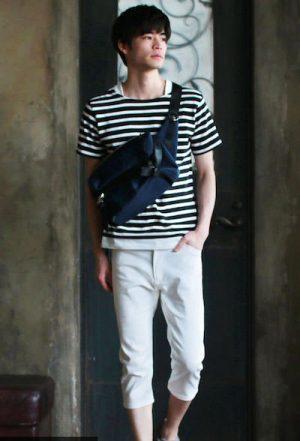 ボーダーTシャツ×白のクロップドパンツ