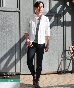 白のリネンシャツ×黒のアンクルパンツ