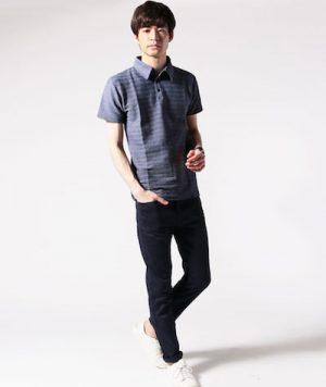 ライトブルーのポロシャツ×黒のアンクルパンツ