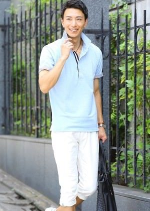 サックスブルーのポロシャツ×白のクロップドパンツ