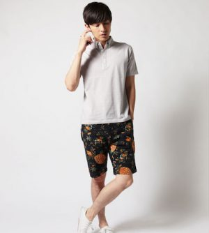 グレーのポロシャツ×ボタニカル柄のハーフパンツ