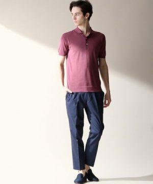 ピンクのポロシャツ×黒のスラックス