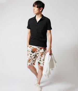黒のポロシャツ×花柄のハーフパンツ