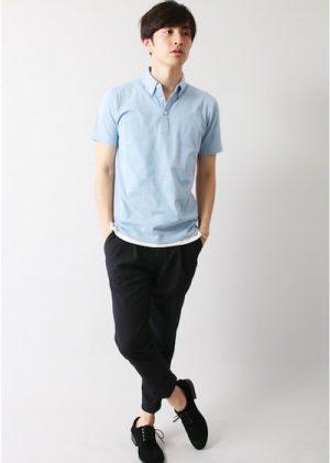 サックスブルーのポロシャツ×黒のエスパドリーユ