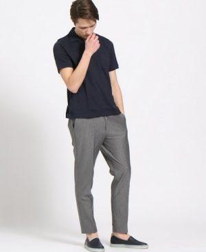 ネイビーのポロシャツ×グレーのスラックス