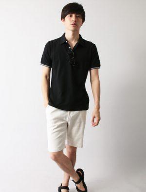 黒のポロシャツ×白のハーフパンツ