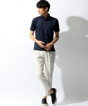 ネイビーのポロシャツ×白のストライプパンツ