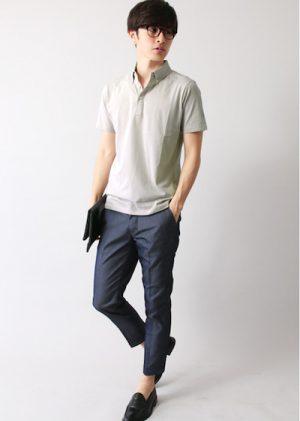 ライトグレーのポロシャツ×ネイビーのアンクルパンツ