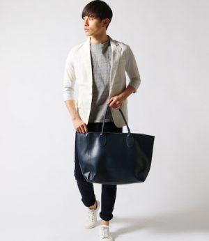 リネンのテーラードジャケット×ネイビーのレザートートバッグ