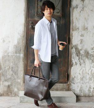 白のリネンシャツに合うバッグ