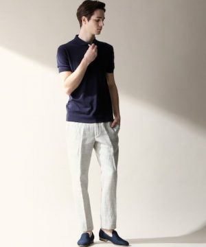 ネイビーのポロシャツ×白のアンクルパンツ