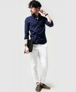 ネイビーのリネンシャツ×白のアンクルパンツ