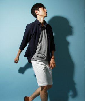 ネイビーのリネンシャツ×白のハーフパンツ