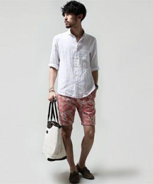 白のリネンシャツ×ピンクのハーフパンツ