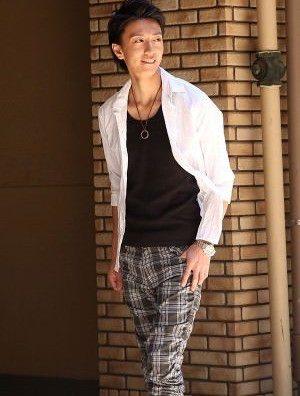 白のリネンシャツ×グレーのクロップドパンツ