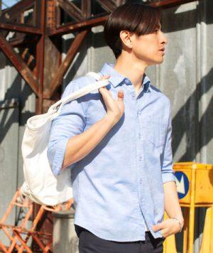 サックスブルーのリネンシャツ×白のキャンバストートバッグ