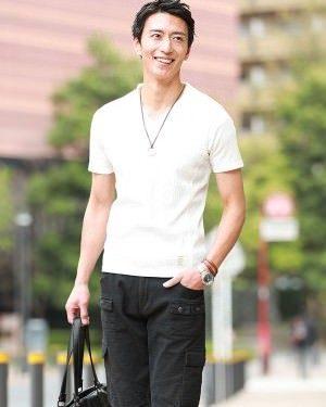 白のVネックTシャツ×黒のクロップドパンツ