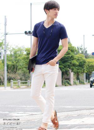 ネイビーのVネックTシャツ×白のスキニーパンツ