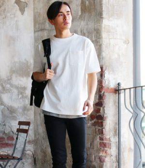 白のオーバーサイズTシャツ×黒のリュックサック