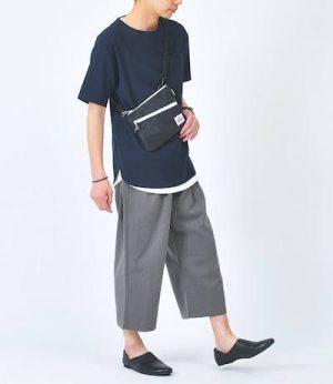 ネイビーのTシャツ×グレーのガウチョパンツ